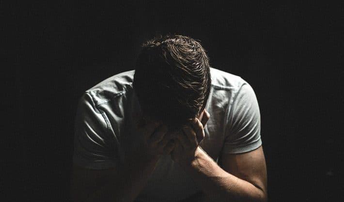 Pessoa triste após Golpe com Bitcoin