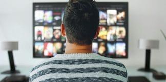Homem assistindo Netflix