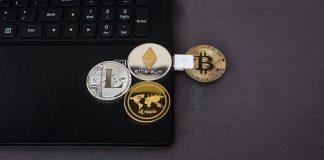 Moedas físicas de Bitcoin, Litecoin, Ethereum e Ripple