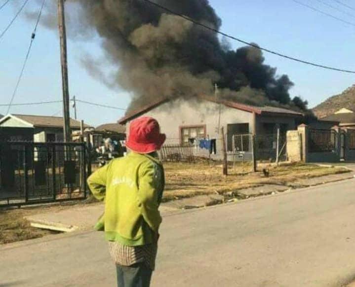 """A casa de"""" Mbatha foi incendiada na quarta-feira (10). Ele foi acusado de operar um esquema ponzi. Imagem: Reprodução redes sociais"""
