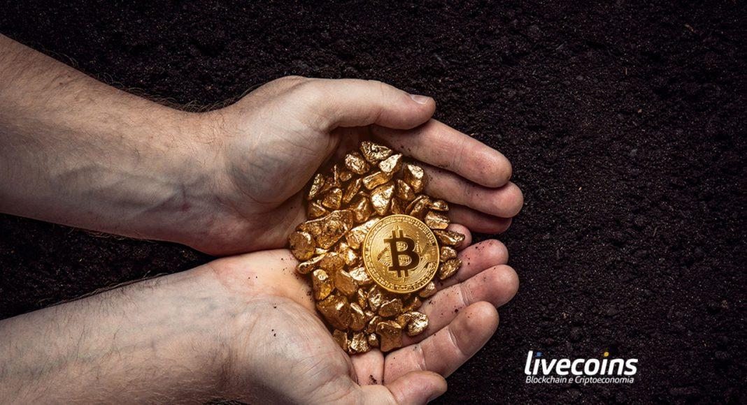 Mão cheia de Bitcoin e Ouro