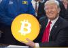 Donald Trump segurando um Bitcoin