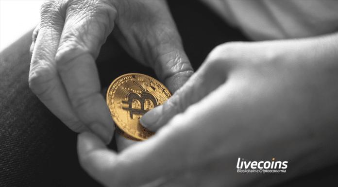 Bitcoin segurado por duas mãos