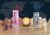 Moeda da China, Bitcoin e Moeda dos EUA em um tabuleiro de xadrez (criptomoeda)