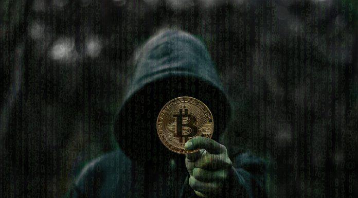 Hacker segurando criptomoeda Bitcoin