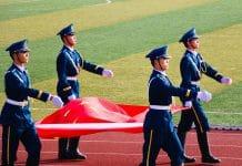 Soldados Chineses Carregando Bandeira da China - Imagem de Ray Wong por Pixabay