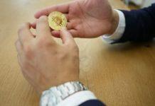 Mão segurando criptomoeda Bitcoin