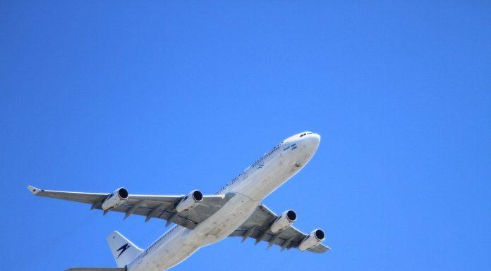 Avião pegando velocidade