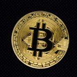 Moeda digital Bitcoin em destaque com fundo preto