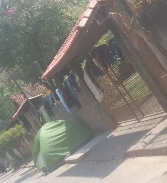 Vítima do esquema acampado em frente a casa do criador da Onion Partner. Imagem: Whatsapp