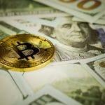Bitcoin em cima de uma pilha de dólares