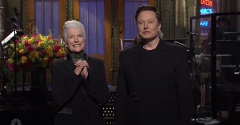Elon Musk e sua madre, May Musk.  SNL