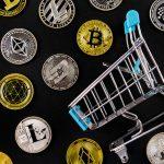 Várias criptomoedas perto de um carrinho de compra alternativas Ethereum Bitcoin Dogecoin Litecoin Monero