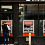 Mulher usa ATM do Santander no Reino Unido