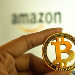 Amazon e mão segurando Bitcoin