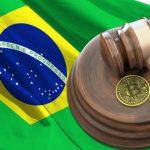 Bandeira do Brasil, martelo da justiça e Bitcoin pede