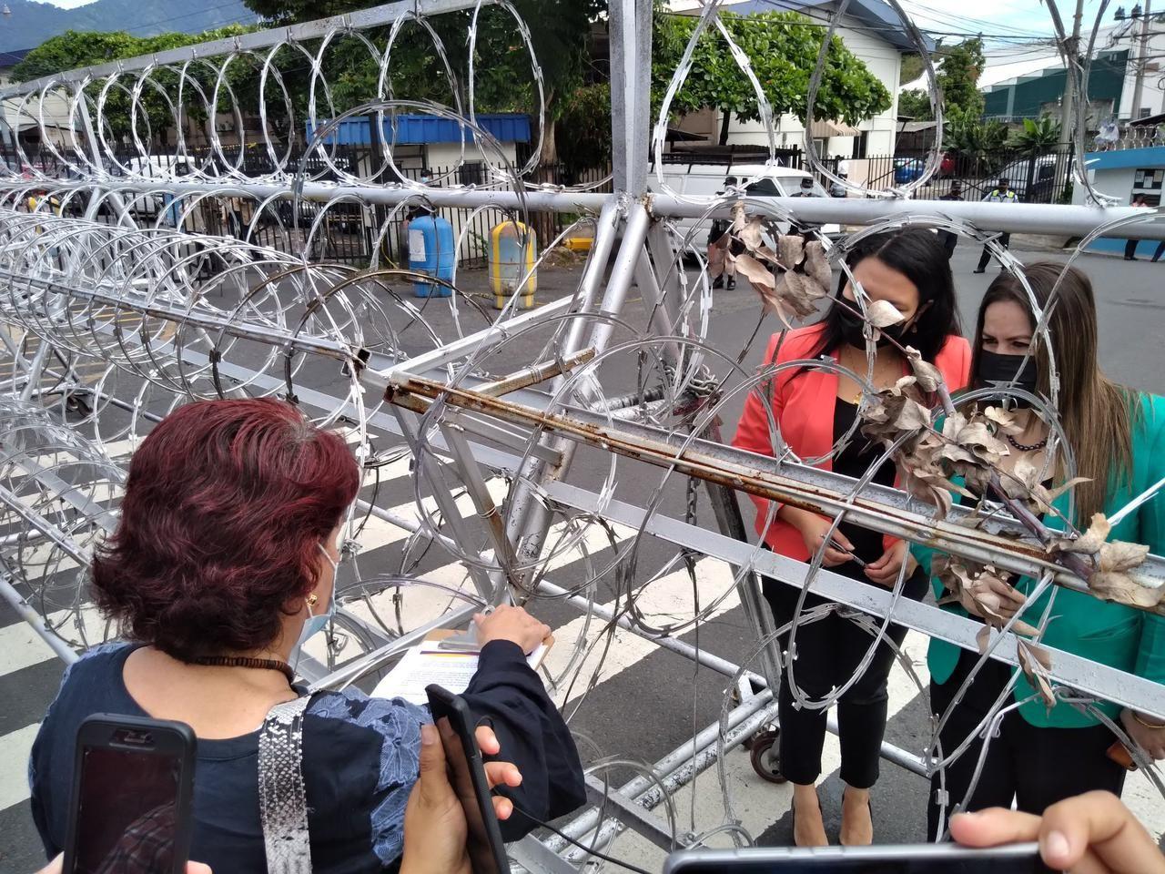 Deputadas recebem manifestantes