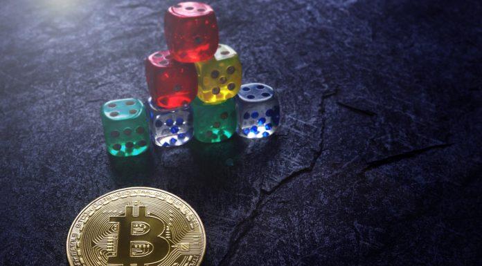 Bitcoin e dados em forma de pirâmides financeiras criptomoedas