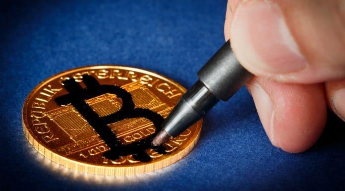 Desenho de Bitcoin em moeda falsa