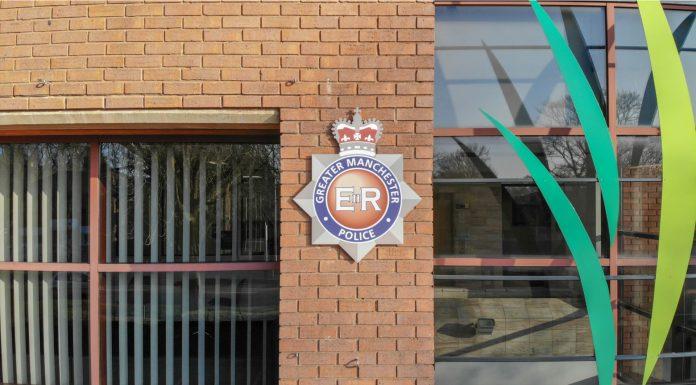Distintivo de polícia de Greater Manchester em um edifício