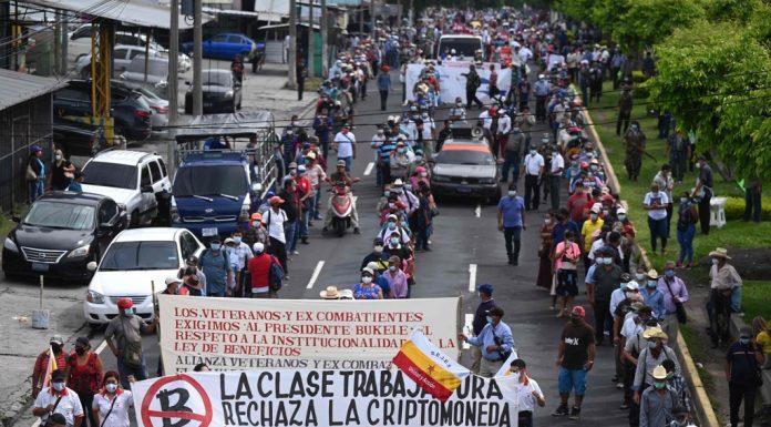 Veteranos salvadorenhos do exército e da guerrilha, marcham em protesto contra as medidas econômicas adotadas pelo governo, em San Salvador, em 27 de agosto de 2021.(Foto de MARVIN RECINOS / AFP)