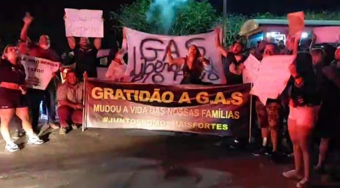 Manifestantes ocuparam a Avenida Wilson Mendes, em Cabo Frio — Foto: Reprodução/Facebook RLagos Notícias
