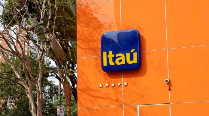 Logomarca do Itaú na fachada de banco comercial brasileiro Bitcoini