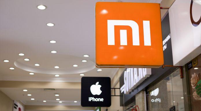 Loja da marca Xiaomi e da Apple ao lado uma da outra