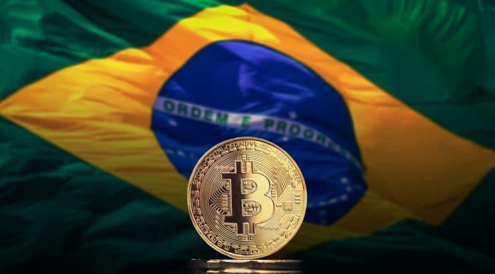 Moeda Bitcoin e bandeira do Brasil