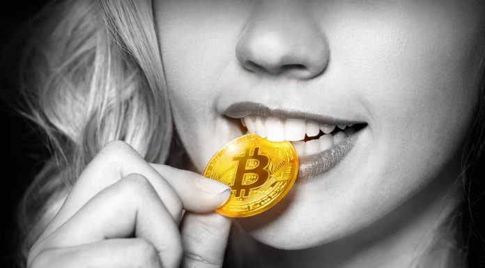 Mulher mordendo Bitcoin com dentes