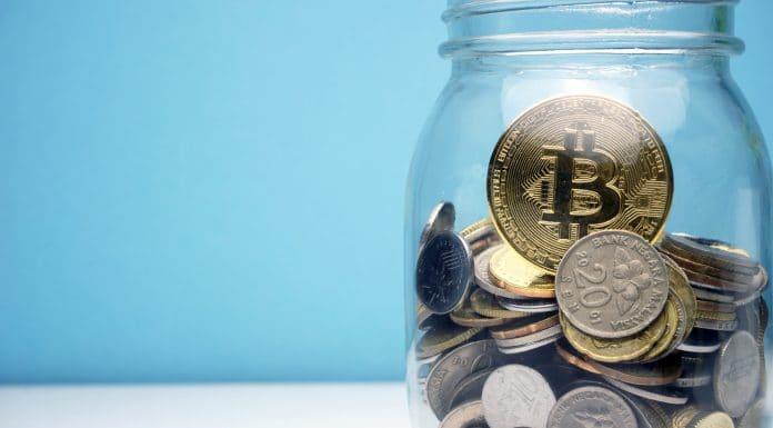 Pote de doações com Bitcoin dentro