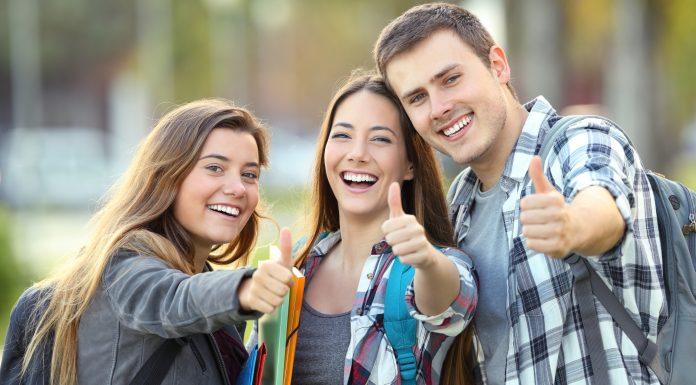 Três estudantes de faculdade felizes criptomoedas bitcoin