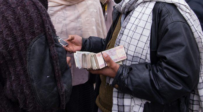 Trocadores de moeda nas ruas de Cabul cotação em dólar