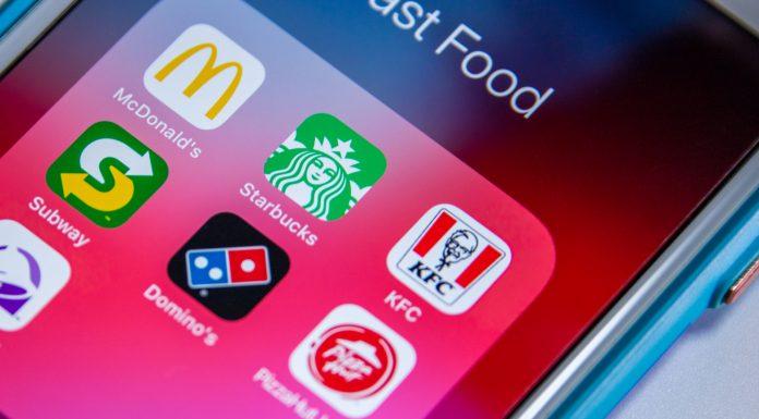 Aplicativos de grandes empresas em tela de celular Starbucks McDonalds KFC Subway Dominos e Pizza Hut