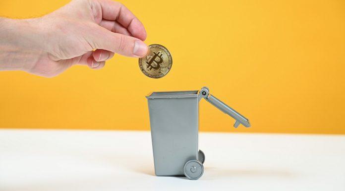 Bitcoin sendo jogado no lixo