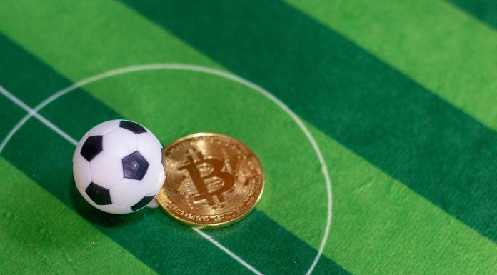 Bola de Futebol em campo e Bitcoin criptomoedas