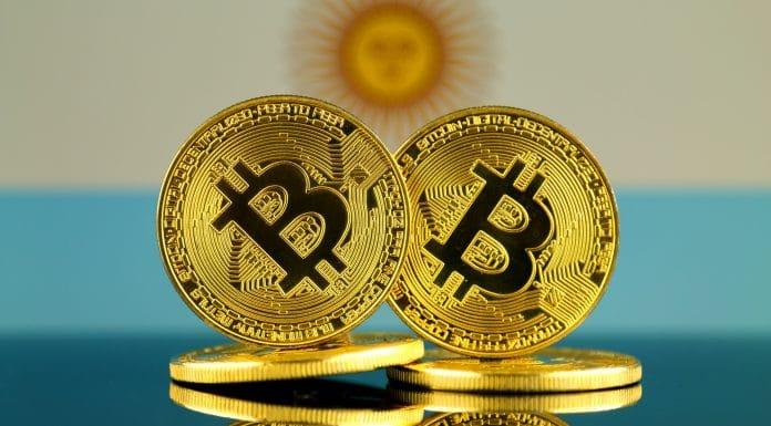 Destaque ao Bitcoin em frente a bandeira da Argentina