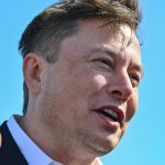 Elon Musk fundo azul