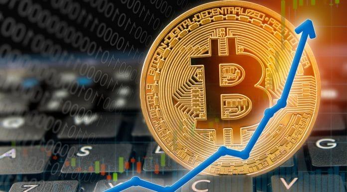 Gráfico de preço do Bitcoin para alta em cima de teclado