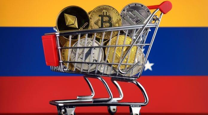 Carrinho de compras cheio de versão física de criptomoedas (Bitcoin, Litecoin, Dash, Ethereum) e Bandeira da Venezuela.
